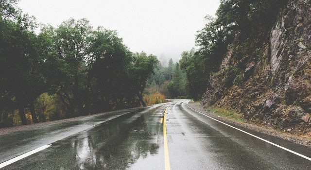 carretera lloviendo
