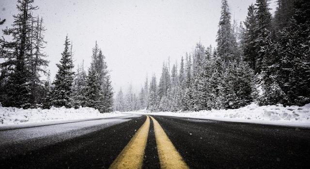 placas de hielo en carretera invierno