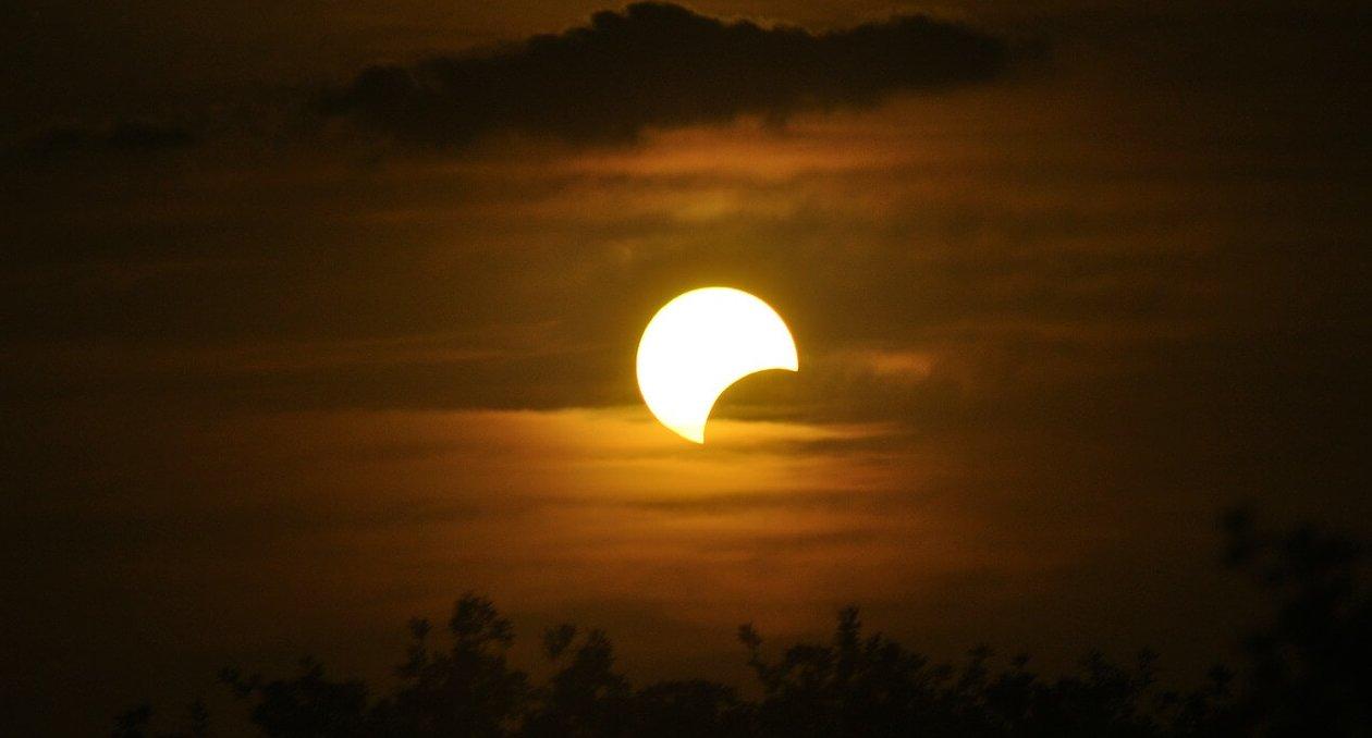 a qué hora es el eclipse de luna