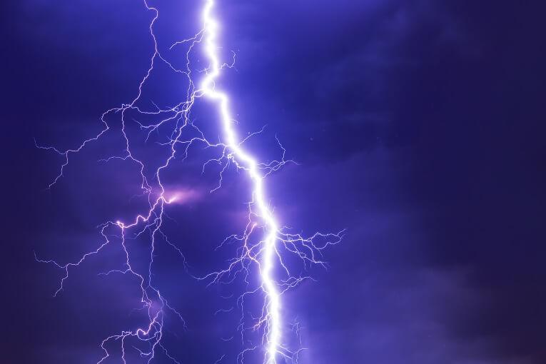 Cómo se forman los rayos en una tormenta