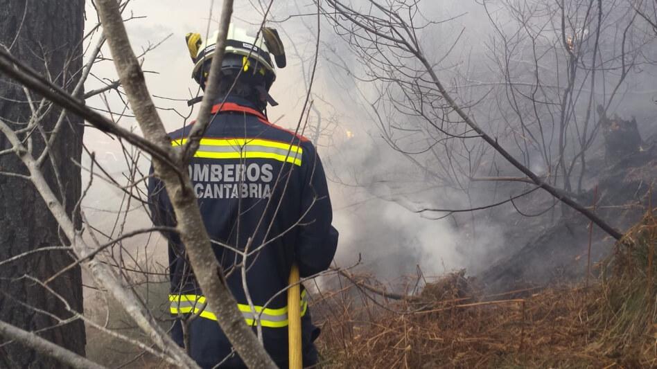 Una oleada de fuegos han arrasado cientos de hectáreas en Cantabria
