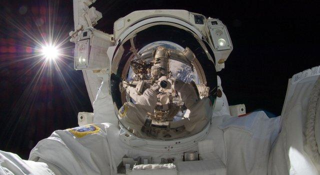astronauta mujer en marte