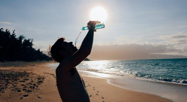 hombre bebiendo calor