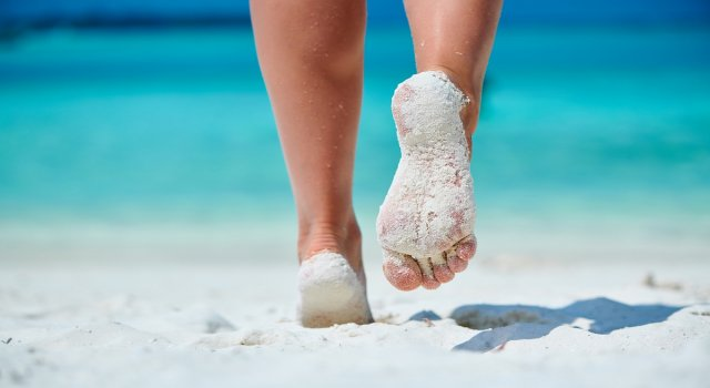 quitarse la arena de los pies