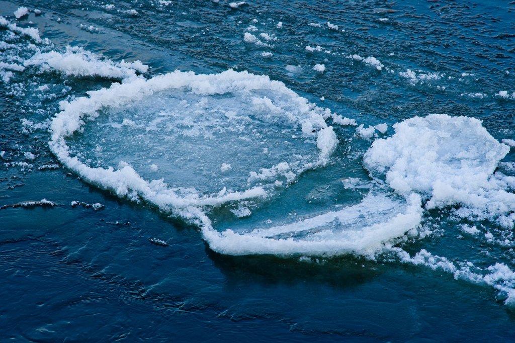Formación de hielo en lago