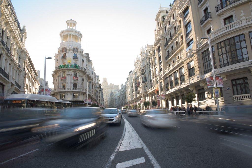 Coches circulando por la calle Gran Vía de Madrid