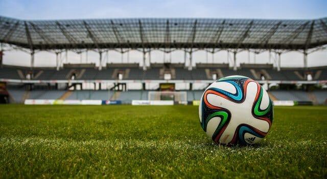 estadio de fútbol y balón