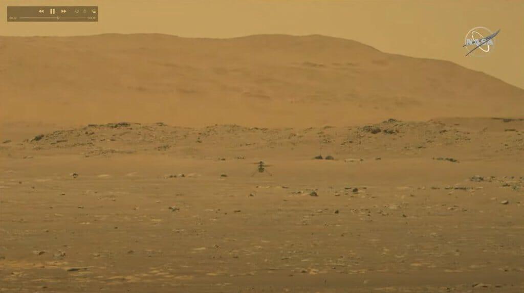 Imagen del vídeo que muestra el vuelo del helicóptero Ingenuity.
