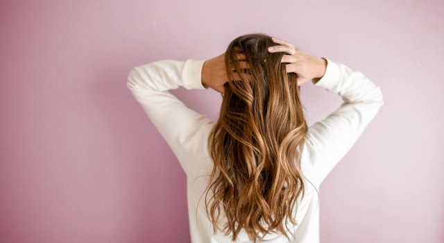 beneficios del agua de lluvia en el pelo