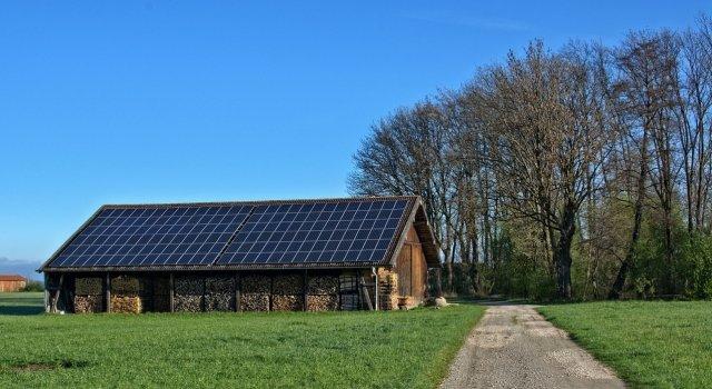 Cubierta de autoconsumo solar en granja