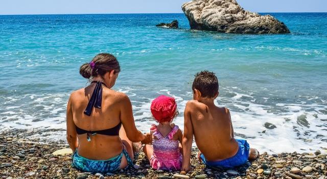 Cómo proteger a los niños si tienen alergia al sol