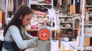 Así funciona por dentro un taller de ropa sostenible