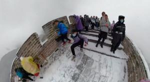 La Gran Muralla China se llena de nieve y hielo y estos turistas no lo dudan