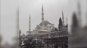 La famosa mezquita Sultán Ahmed de Estambul, cubierta de nieve