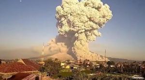 En directo: la erupción de este volcán de Indonesia lanza cenizas a más de 3 km
