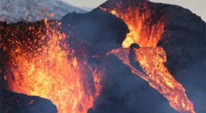 Este volcán lleva dos semanas sin parar de escupir lava