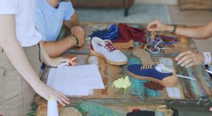 La primera marca de ropa hecha con pelotas de tenis, café y neumáticos