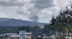 Otro volcán en erupción: el gran Monte Aso de Japón