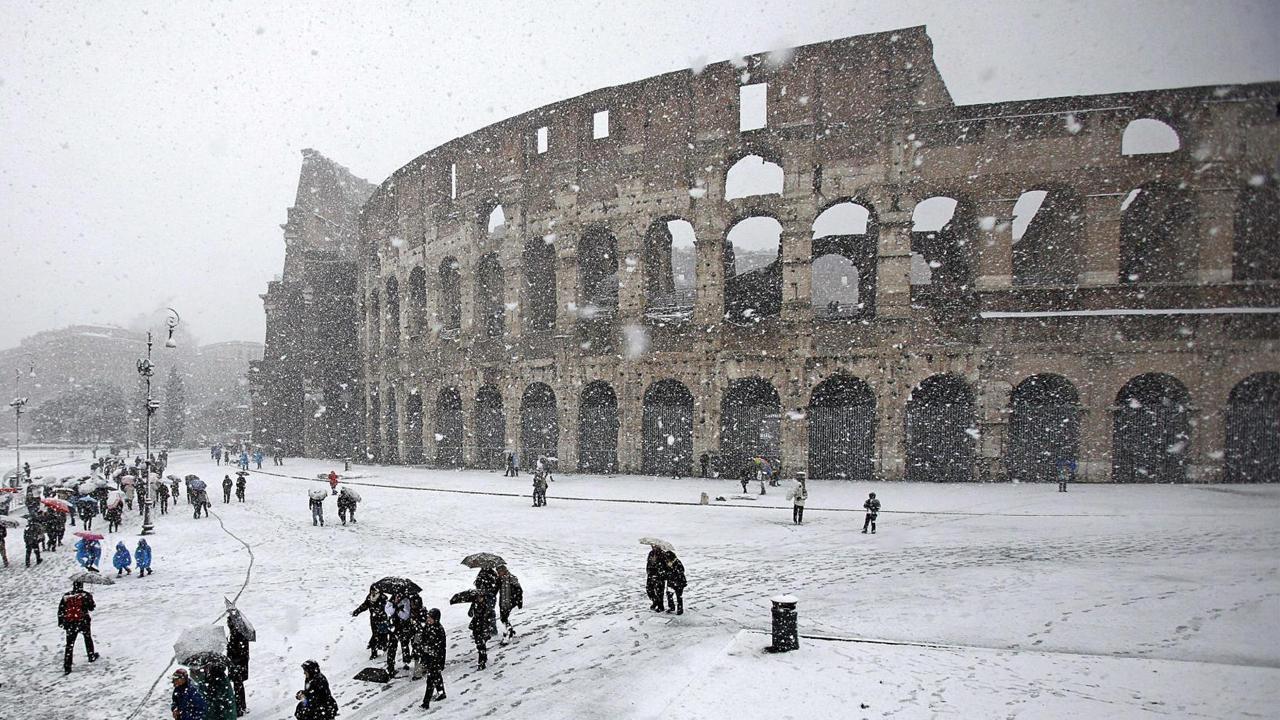 Nieve en roma el coliseo cubierto de blanco for Blanco nieve