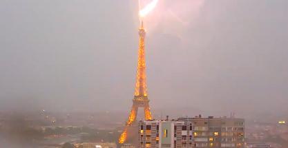 La Torre Eiffel golpeada por un brutal rayo