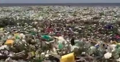 No es un vertedero: olas de plástico en plena playa