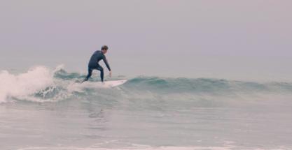 En la piel de la promesa del surf de España