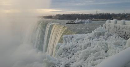 El espectáculo de las cataratas del Niágara totalmente nevadas
