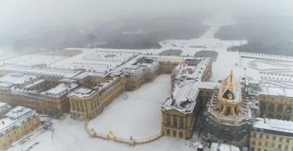 Imágenes aéreas exhiben el palacio de Versalles cubierto por la nieve