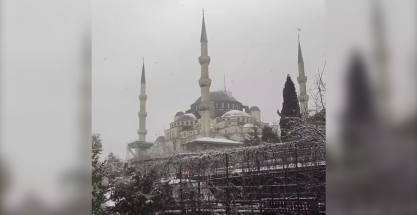 La famosa mezquita Sultán Ahmed de Estambul, cubierta de nieve